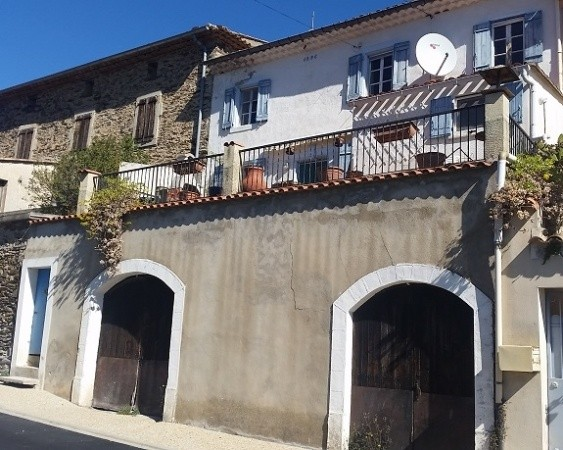 Charming Village House With 95 m2 Of Living Space, Terrace With Views, Courtyard And Garage.